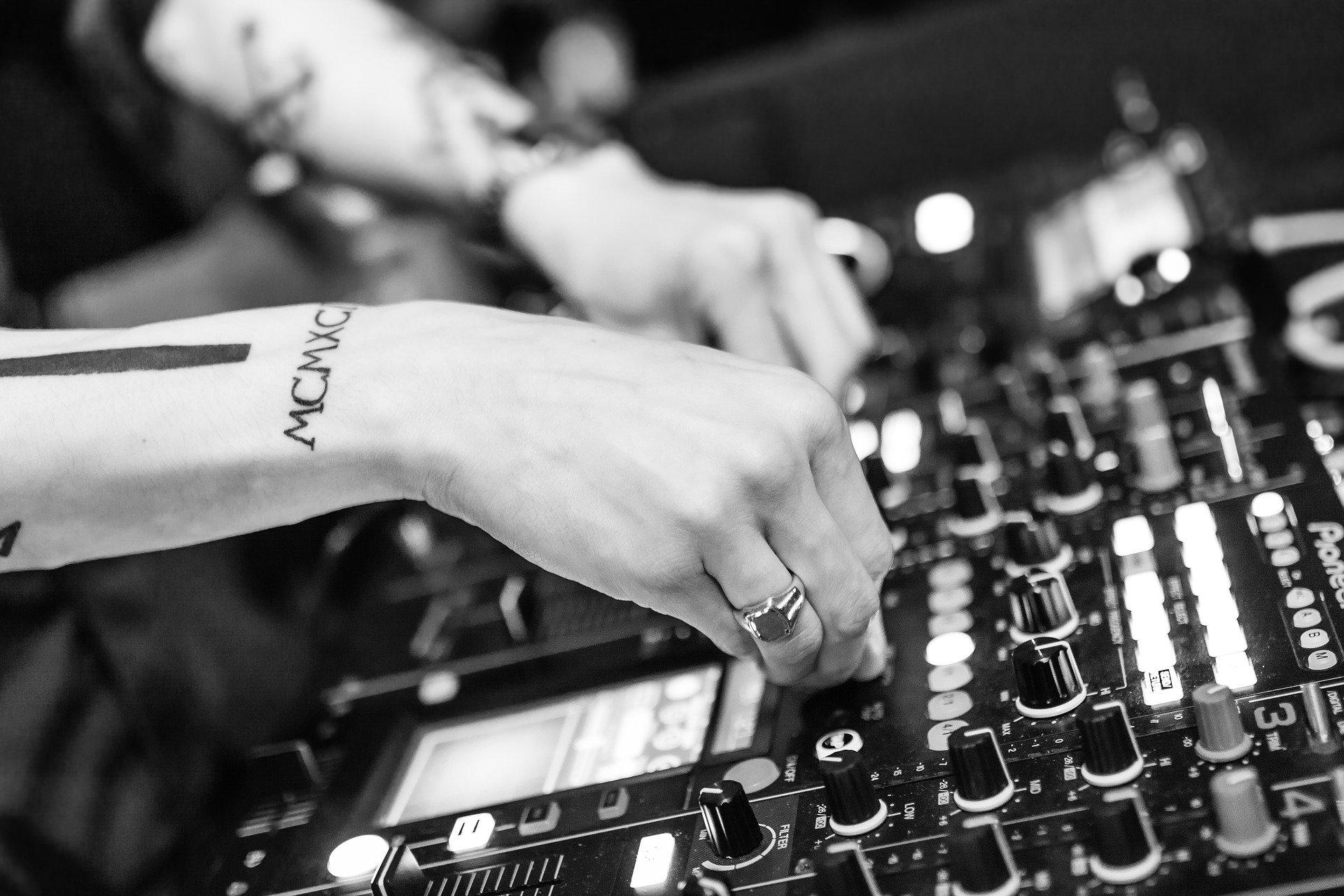 Confier l'animation de son mariage à un DJ professionnel au Pays Basque